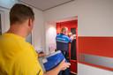 Een boa en iemand van een asbestbedrijf zijn in september 2018 bezig om werkkasten te verzegelen. Bewoners die niet thuis zijn krijgen een briefje op de deur.