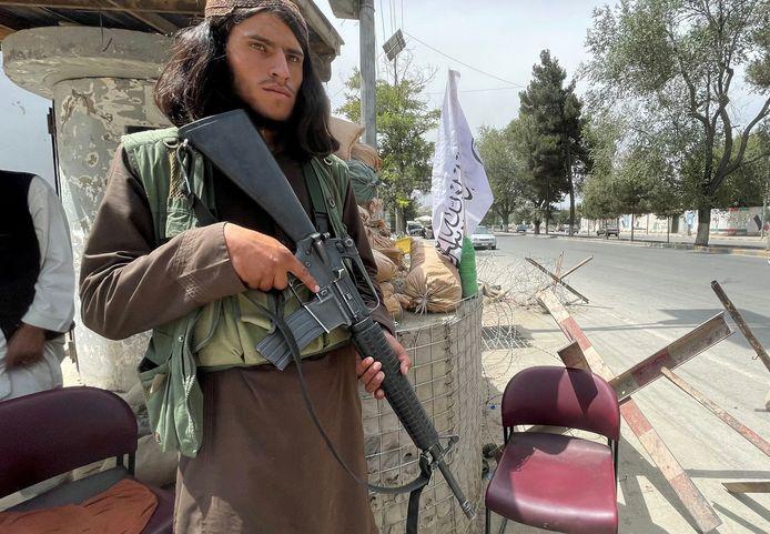 Een talibanstrijder bewaakt een checkpoint in Kaboel.