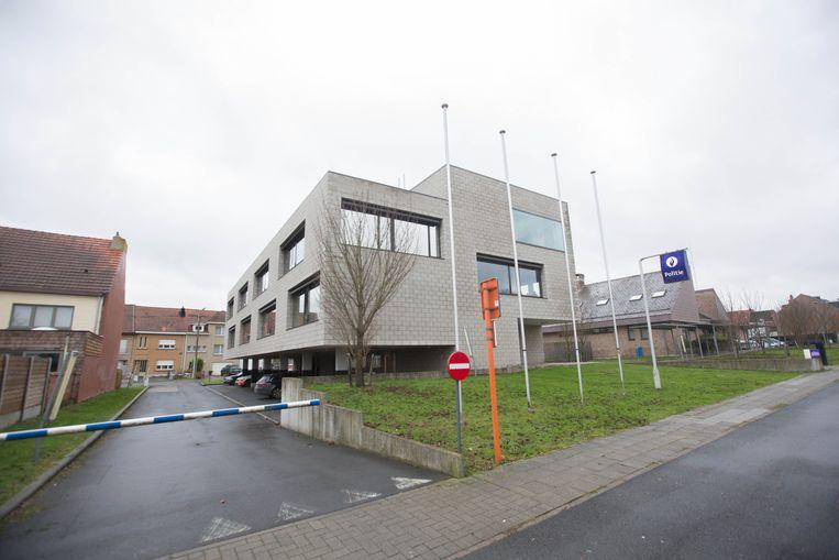 Het recentere politiehuis links met rechts het voormalige gebouw van de rijkswacht