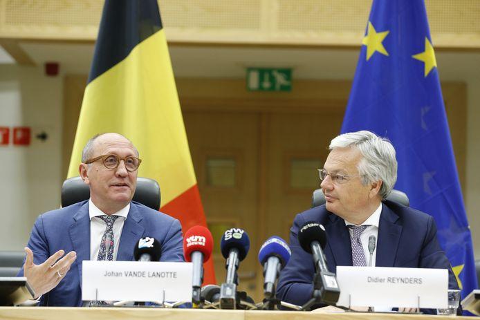 Koning Filip heeft de opdracht van de federale informateurs Johan Vande Lanotte en Didier Reynders verlengd.