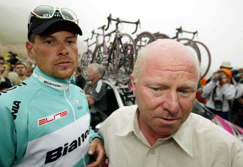 Jan Ullrich en zijn sportdirecteur Rudy Pevenage in de Tour de France van 2003, boven op Luz-Ardiden. Beeld EPA