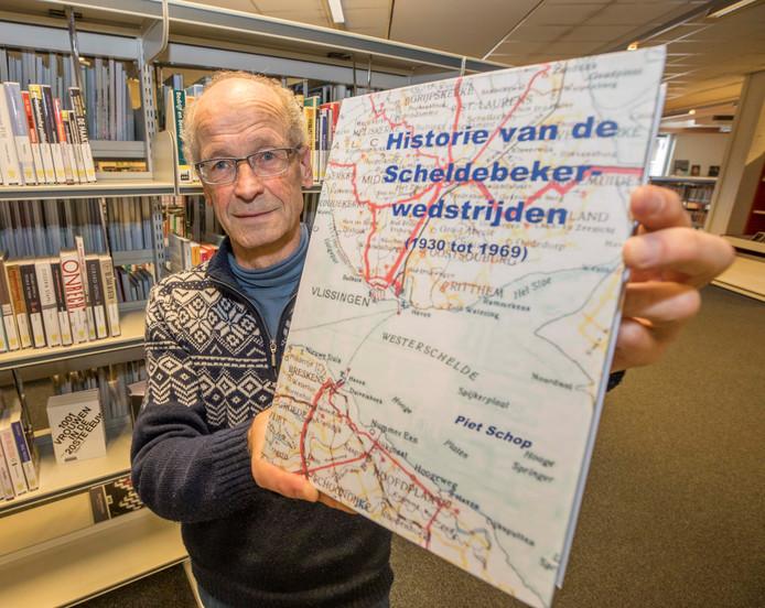 Piet Schop met zijn boek over de Scheldebeker.
