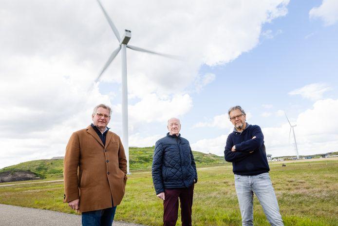 Vlnr. Jan-Willem Revet, Rinus Zebregts en Leo Boeren, leden van energiecoöperaties uit de regio Hart van Brabant, bij de windmolens op de Spinder, ten noorden van Tilburg.