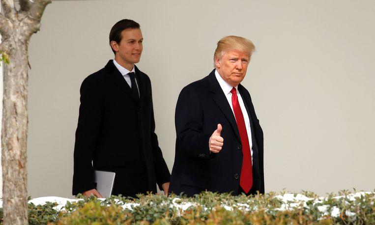 De Amerikaanse president Donald Trump (R) met schoonzoon Jared Kushner. Beeld REUTERS