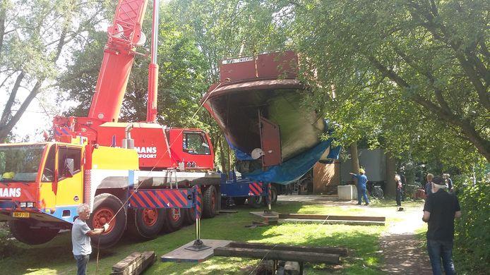 Het oude schip werd met een kraan op zijn plek getakeld.