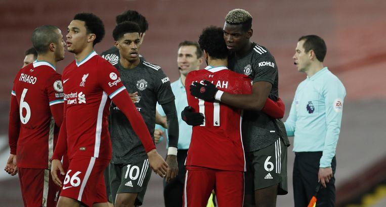 Mohamed Salah (Liverpool, tweede van rechts) en Paul Pogba (Manchester United) omhelzen elkaar na de wedstrijd.  Beeld BSR Agency
