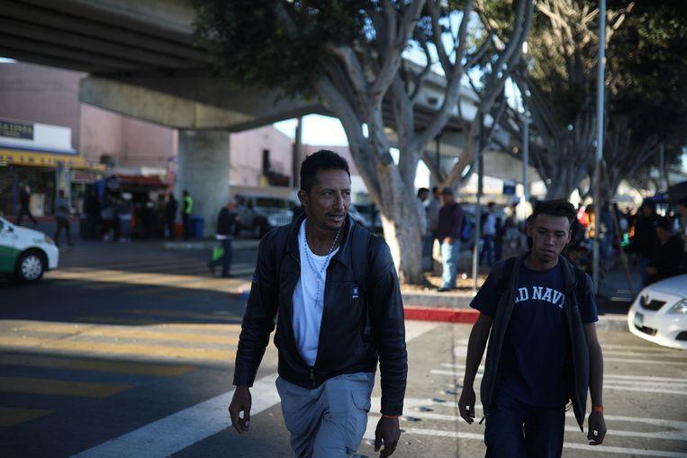 Eddie Matute, een Hondurese migrant, heeft zojuist asiel in de VS aangevraagd en loopt met een vriend langs de grens