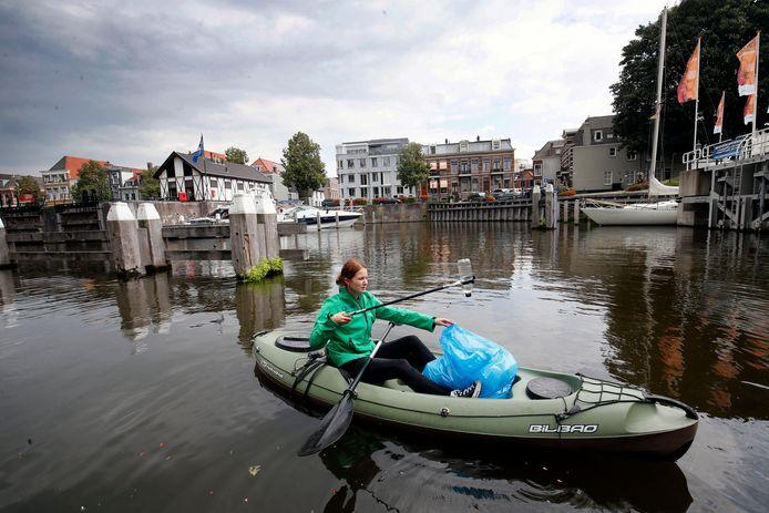 Annelieke Haubrich demonstreert bij de start van het initiatief hoe het vuilvissen in de Lingehaven in zijn werk gaat.