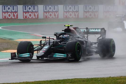Valtteri Bottas stuurt zijn Mercedes over het circuit van Imola.