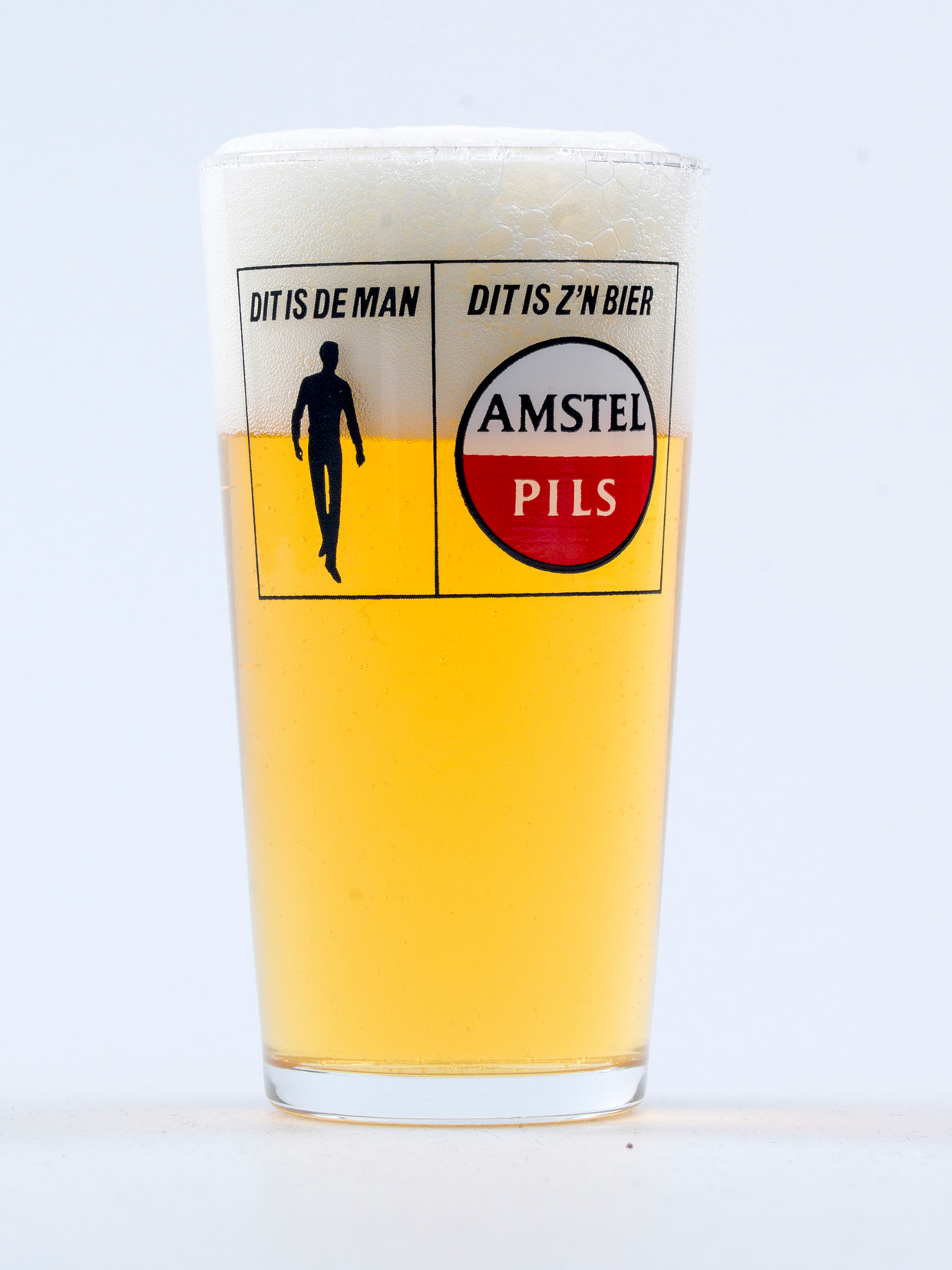 John Schoorl drinkt altijd bier uit een Amstel pils-glas.  Beeld Eva Roefs