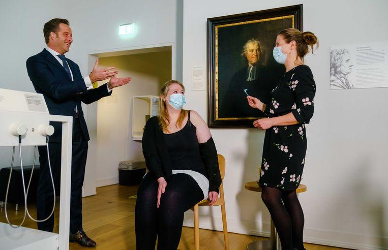 Minister Hugo de Jonge in Leiden vandaag bij de eerste prik met het Janssenvaccin in Nederland. Op de stoel ggz-medewerkster Babette Engelsman.  Beeld ANP