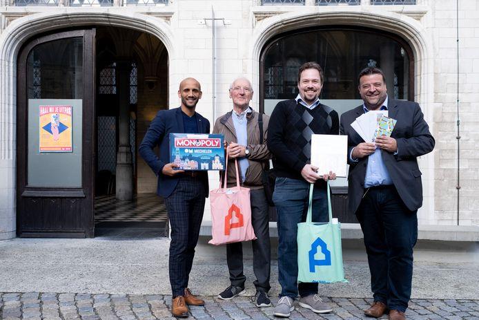 UiTPAS-houders Omer Ceulemans en Frank Mathay vallen in de prijzen, met schepenen Abdrahman Labsir en Björn Siffer.