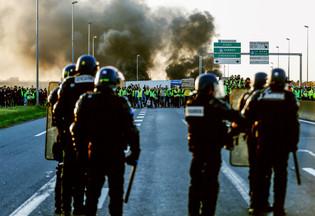 fotoreeks over 'Gele hesjes' zorgen voor grote chaos in Frankrijk