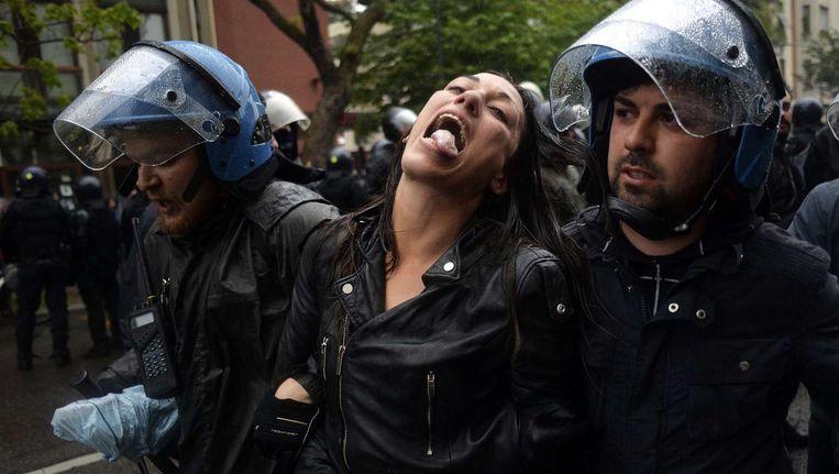 Politieagenten arresteren een vrouw bij de opening van de wereldtentoonstelling in Milaan. Beeld anp