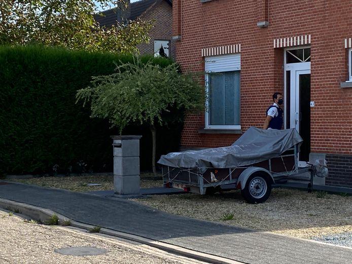 MECHELEN - De politie ging deur aan deur om de bewoners te informeren en vroeg hen om ramen en deuren gesloten te houden.