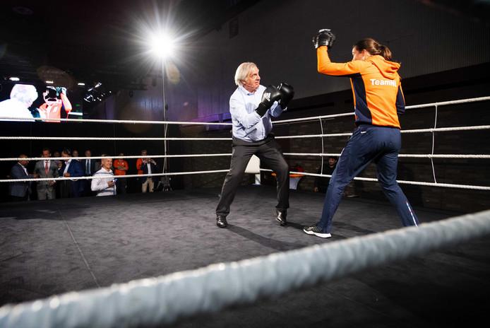 André Bolhuis wordt bij zijn afscheid uitgedaagd te boksen met Nouschka Fontijn.