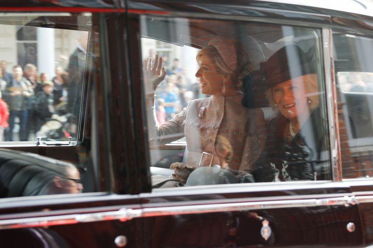 Koningin Maxima in de auto samen met Hertogin van Cornwall Camilla. Beeld AFP