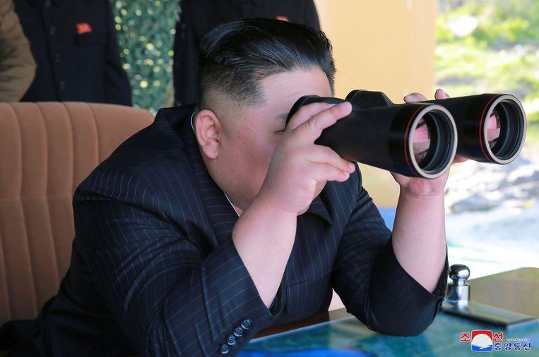 Het Noord-Koreaanse staatspersbureau KCNA publiceerde een foto van leider Kim Jong-un die op vrijdag een militaire oefening volgt. Beeld REUTERS