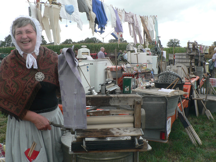 Maria Erven uit Veldhoven toont hoe arbeidsintensief de was vroeger was.
