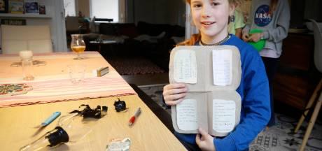Spannend! Enna (8) vindt brief in fles op Waalstrandje: 'Drie mensen gooiden mij in de rivier'