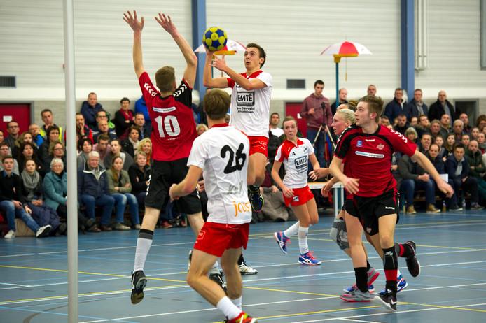 TOP (witte shirts) won makkelijk van Nieuwerkerk.