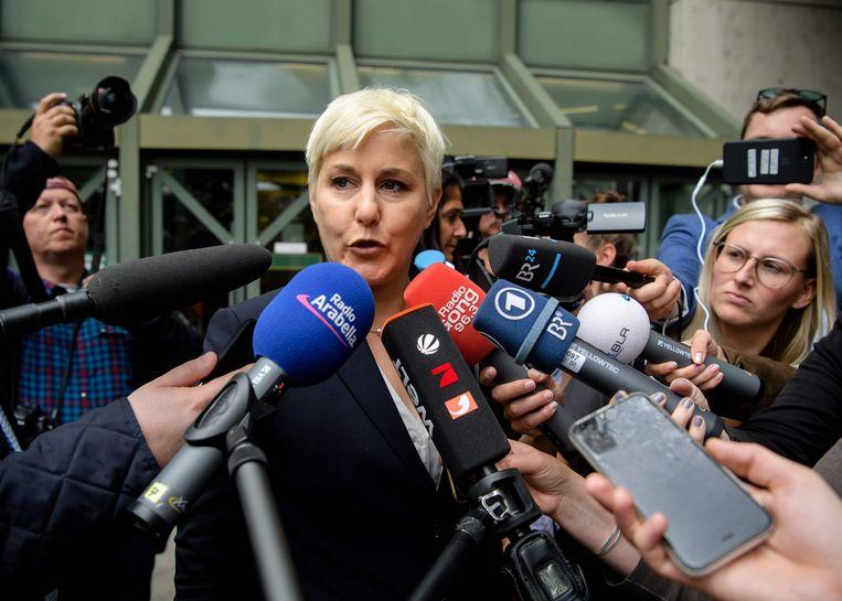 Anja Sturm, advocate van Beate Zschäpe, spreekt de media toe. Beeld AFP