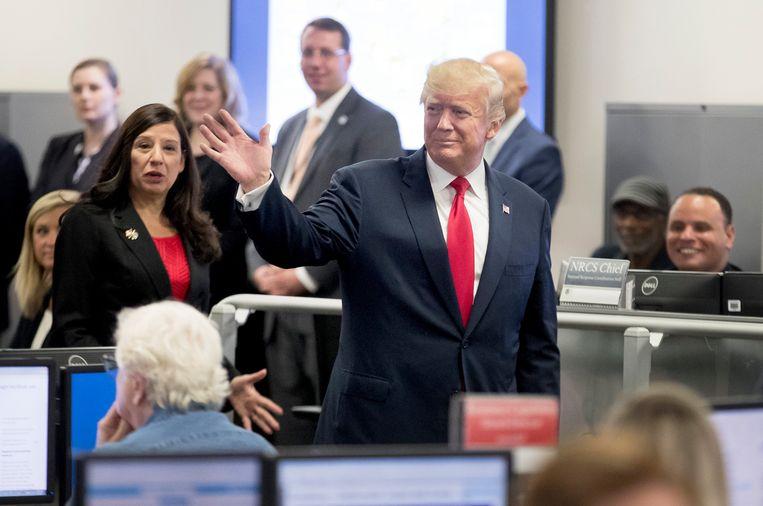 Trump tijdens een bezoek aan het Federal Emergency Management Agency. Beeld EPA
