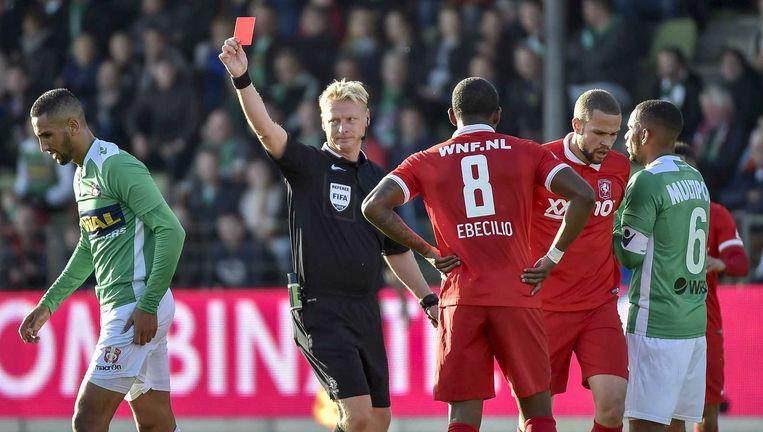 Scheidsrechter krijgen komend seizoen hulp bij rode en gele kaarten, wel of geen penalty. Beeld anp