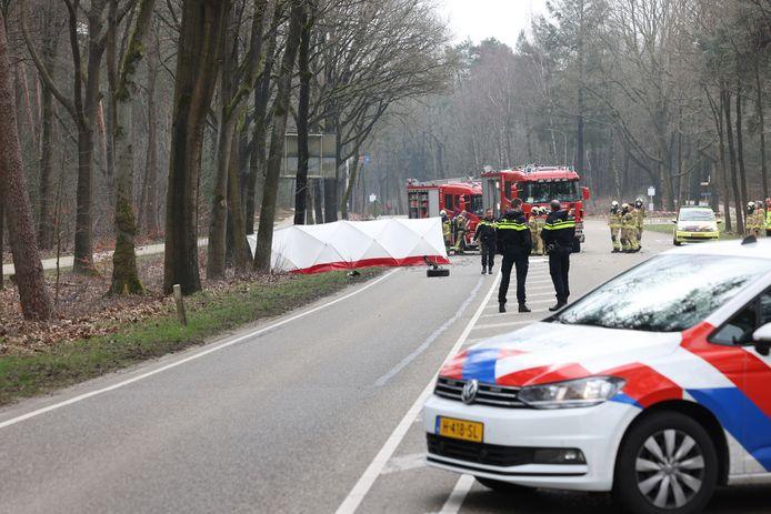 Hulpdiensten op de plek van het dodelijke ongeval in Heerde.