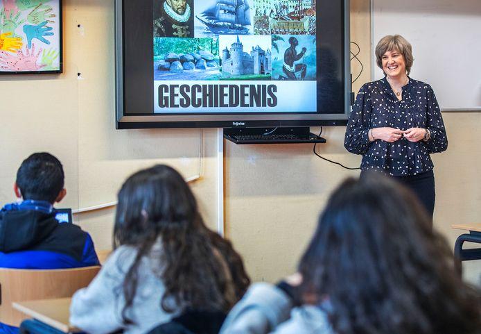 Docent geschiedenis Janine Brandsen voor de klas.
