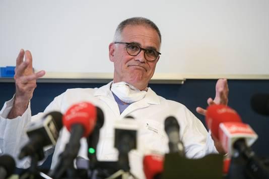 Alberto Zangrillo, de persoonlijke arts van Berlusconi, tijdens een persconferentie over de toestand van de oud-premier.