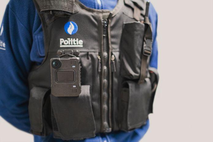 Illustratiebeeld, een politieman uitgerust met een bodycam.