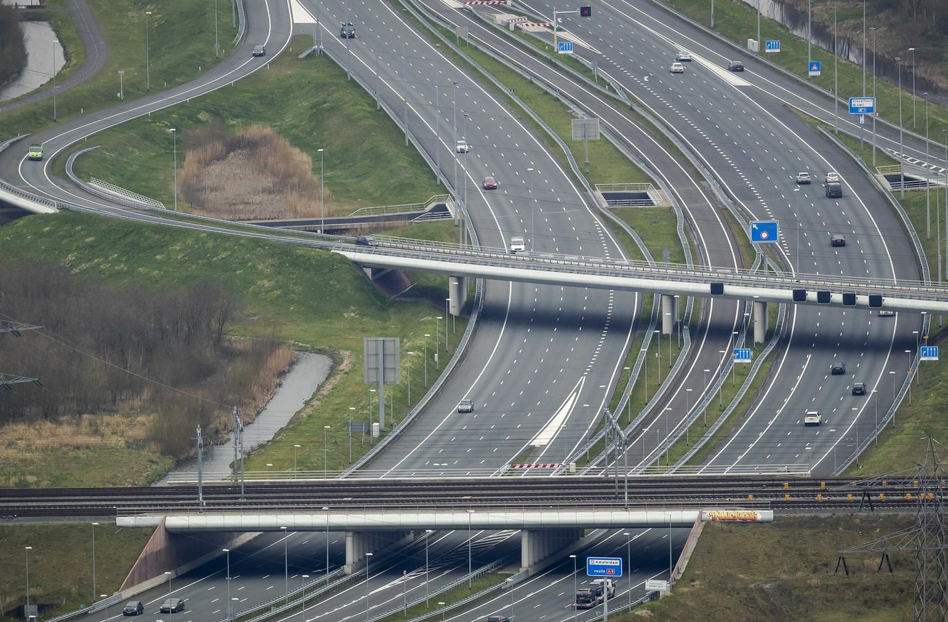 Luchtfoto eind maart van de ongewoon rustige snelweg A1 ter hoogte van Muiden.