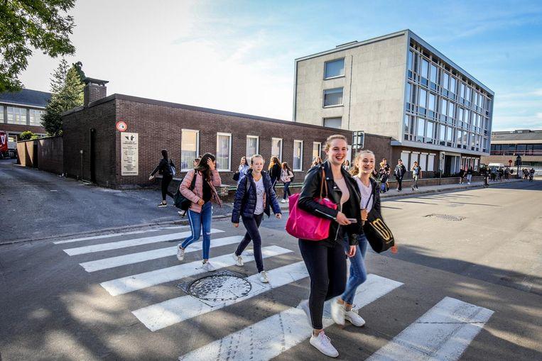 Aan scholen liggen nu al zebrapaden voor de jeugd, maar er kan nog meer gebeuren om schoolomgevingen veiliger te maken.