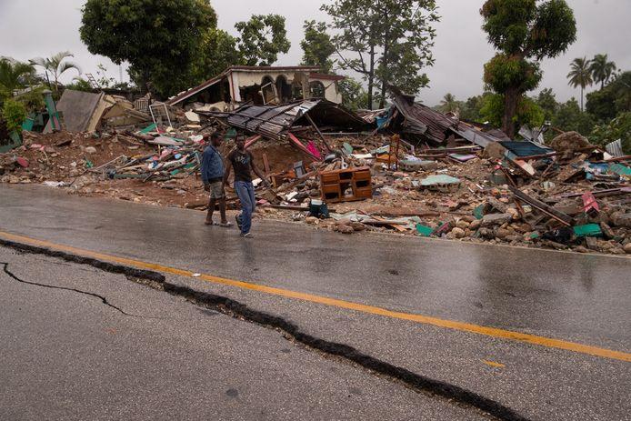 Mannen in de regen voor compleet vernielde huizen in Camp-Perrin.