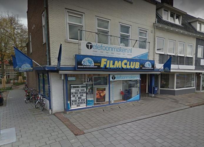 Het overvallen pand van FilmClub en Telefoonmaken.nl in Arnhem.
