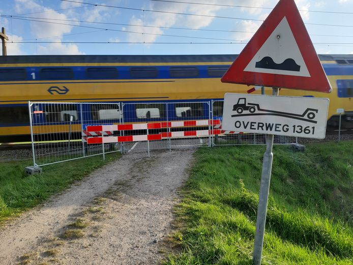 De spoorwegovergang Het Vlier is vrijdag met hekken aan weerszijden nu ook afgesloten voor voetgangers.