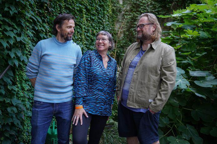 Peter Daems (rechts) en Katrijn Sermeus leerden elkaar kennen in Het Lintfabriek. Nico Dockx, beeldend kunstenaar, begeleidde de totstandkoming van het boek.