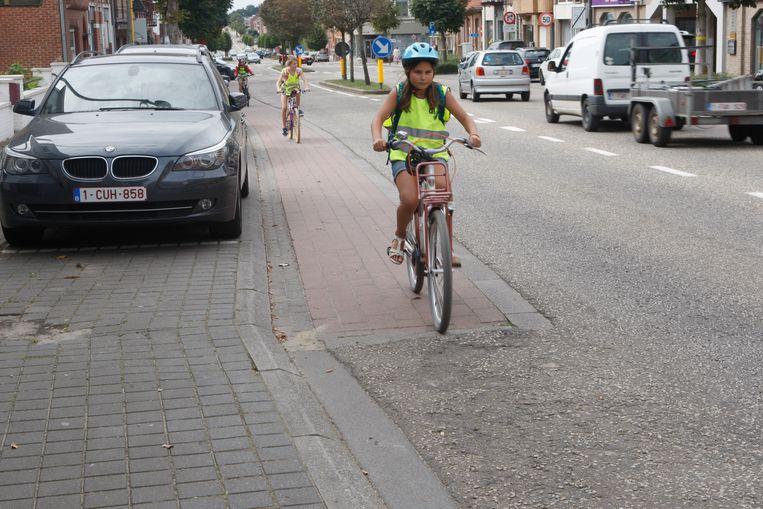 Leerlinge Laure aan het einde van het fietspad, waar ze een bult over moet en vooral moet uitkijken voor achteropkomend verkeer.
