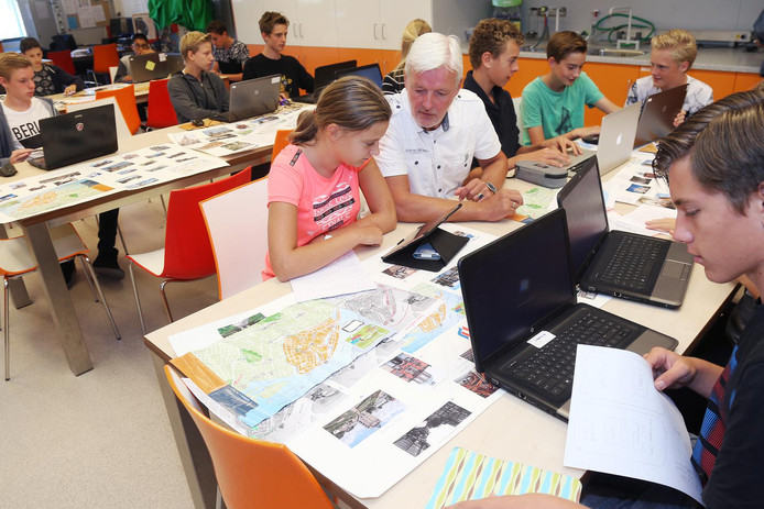 Leerlingen van het Dalton Lyceum ploeteren op hun routes door Dordrecht.