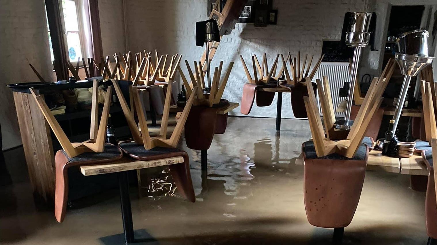 In restaurant Tommenmolen staat het water sinds donderdagmiddag binnen.