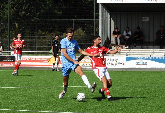 Tom de Bruin (links) in actie voor PSV AV tegen Unitas'59. Rechts Nawid Sadat.