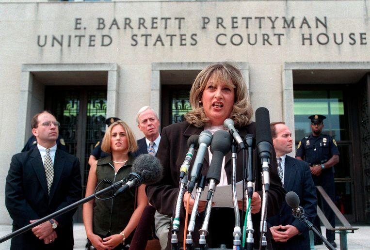 Linda Tripp praat met de pers nadat zij in juli 1998 heeft getuigd voor een jury in Washington over de affaire van president Clinton met Witte Huis-stagiair Monica Lewinsky. Beeld AP