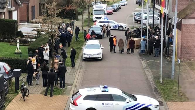 """Trouwceremonie van agent aan gemeentehuis zet kwaad bloed: """"Politie stond erbij en keek ernaar"""""""