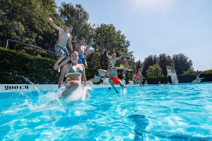 De bezoekers van zwembad de Bosselaar zijn in ieder geval blij dat ze lekker buiten kunnen zwemmen.