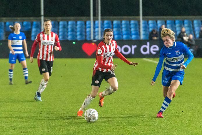 Laura Strik (midden) stond eerder deze maand tijdens de kwartfinale van de beker tegen PEC Zwolle nog in de basis bij PSV.
