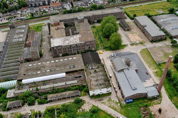 KVL anno 2013: tussen de bomen en de Lakfabriek in gaan twee appartementenblokken verrijzen. Het kookhuis, voor de samenstelling van de looistoffen, dat daar destijds nog stond, is al verdwenen.