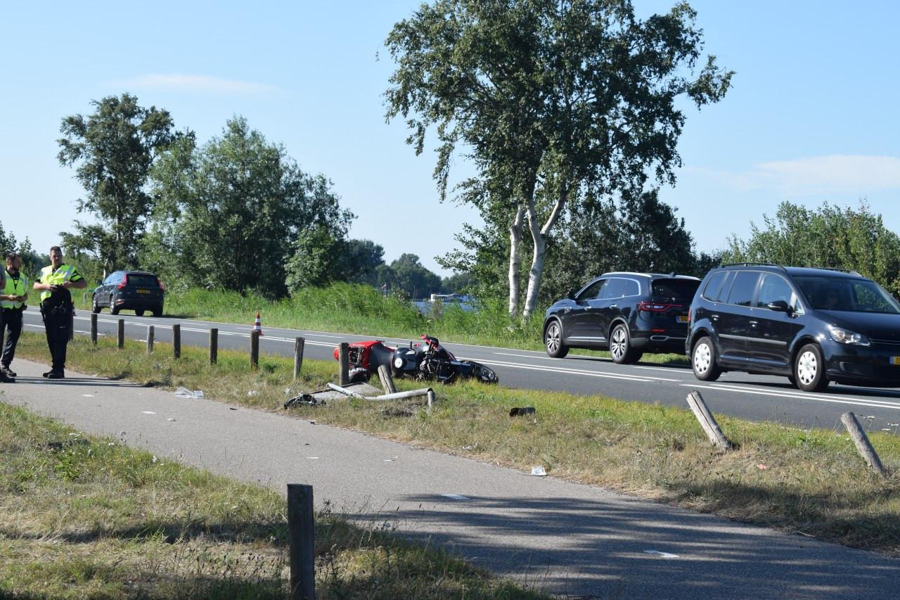 Bij de aanrijding ging de motorrijder onderuit.