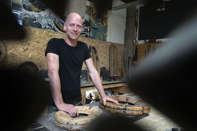 """Peter Broeze kan vanaf zaterdag met de opening van zijn werkplaats genieten van zijn werk als kunstenaar.  """"Ik heb altijd gevoeld dat ik creatief wilde zijn maar er was weerstand."""""""
