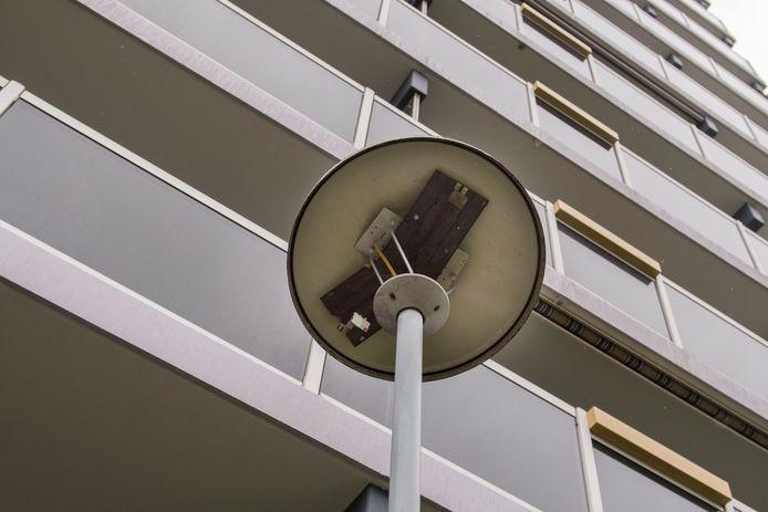 De Zenneflat aan de Roeselarestraat in Breda. Op deze plek vielen de moordverdachten van het balkon. Een van de mannen raakte de lantaarnpaal en raakte zeer zwaar gewond. Hij werd dagenlang in coma gehouden en is daar inmiddels uit ontwaakt.